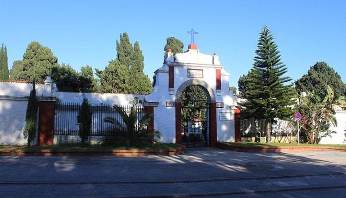 El Ayuntamiento de Algeciras fumiga los cementerios municipales