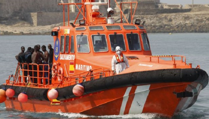 Salvamento Marítimo traslada a dos personas al puerto de Algeciras