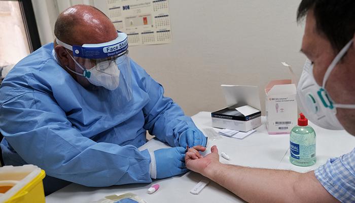 Un sanitario realizando una prueba para detectar el Covid-19
