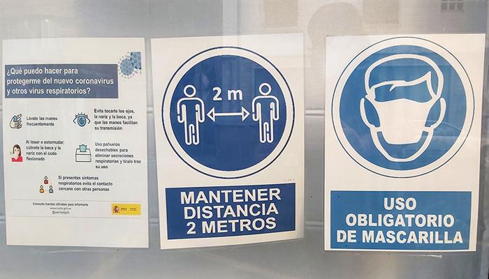 Carteles indicando el uso obligatorio de mascarillas y otras medidas de seguridad