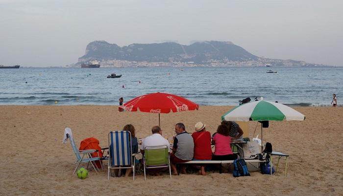 Algeciras recuerda que bañarse con bandera roja conlleva denuncia y sanción