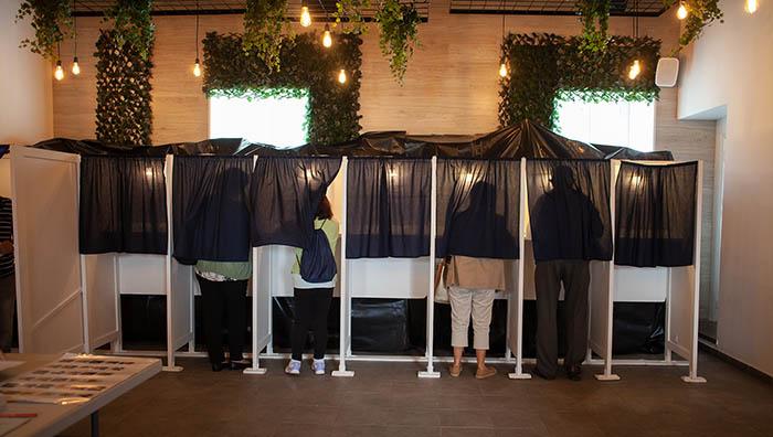 Cabinas de votación en un centro electoral. Foto Sergio Rodríguez