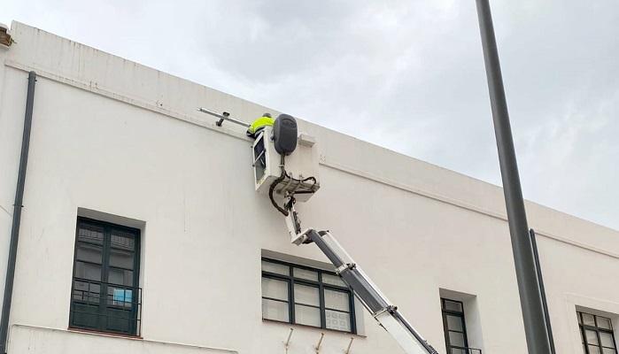Instalan proyectores para el alumbrado ornamental del Museo