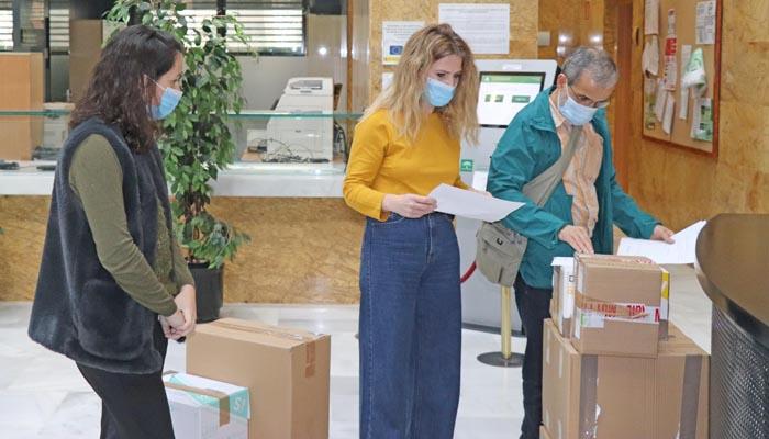 Ana Mestre junto a las cajas de material que repartirán por la provincia