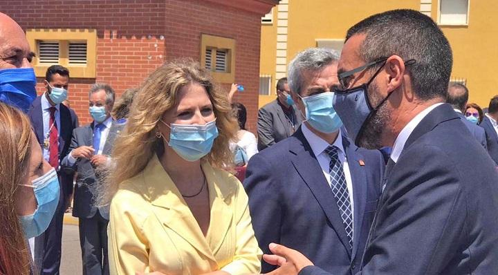 Ana Mestre, esta mañana junto al alcalde de La Línea, Juan Franco