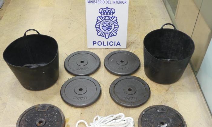 El secuestrado fue amenazado con ser sumergido en el Estrecho con estas pesas