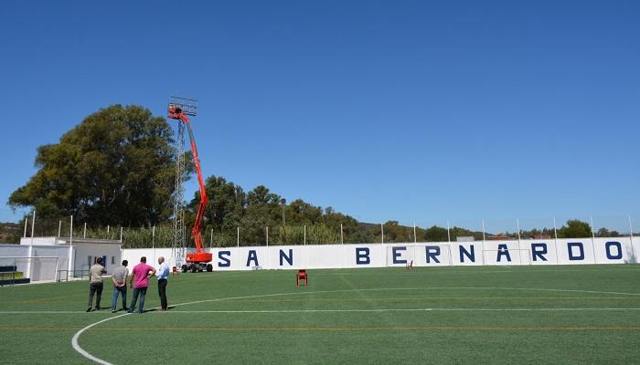 Instalación de las torretas de luz en el campo de fútbol de la Estación de San Roque