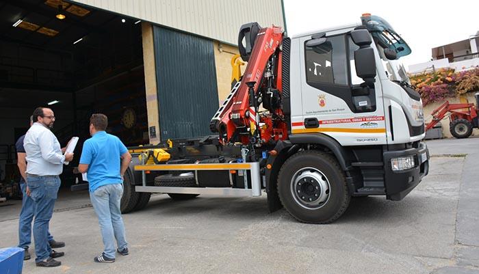El nuevo camión adquirido por el Ayuntamiento de San Roque para Emadesa