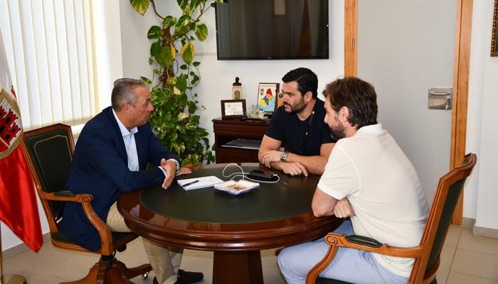 El alcalde de San Roque, reunido con los responsables de la empresa