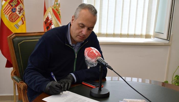 El alcalde de San Roque, Juan Carlos Ruiz Boix, en su despacho