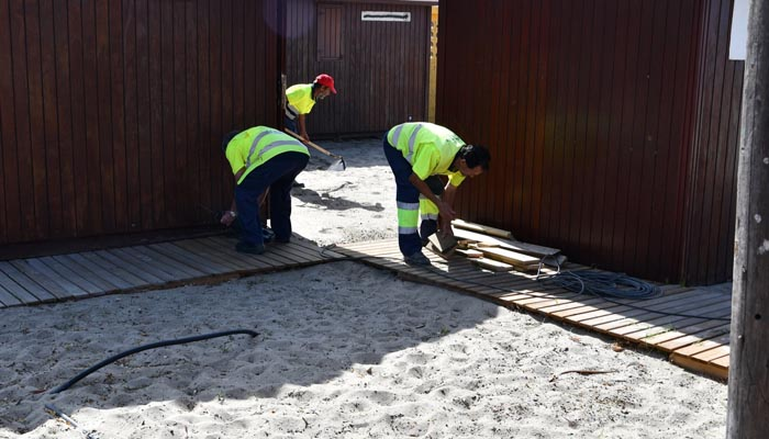 Operarios trabajando en los arreglos de los módulos de playa