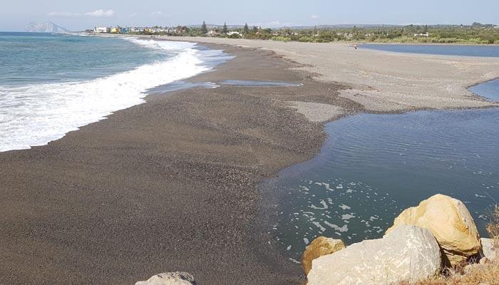 Aspecto de la desembocadura del río Guadiaro taponada