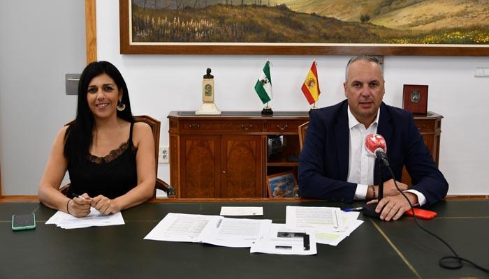 El alcalde, Juan Carlos Ruiz Boix, con la delegada de Educación, Belén Jiménez