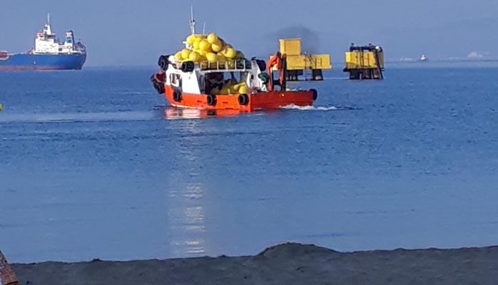 La embarcación encargada de balizar las playas