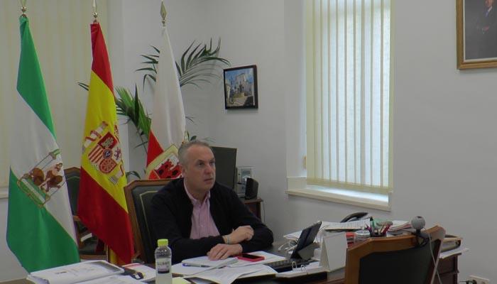 El alcalde, Juan Carlos Ruiz Boix, atendiendo a la conexión telemática