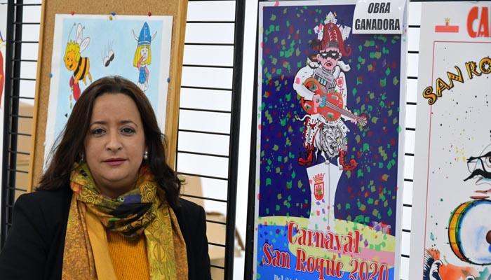 La concejal junto al cartel que anunciará el Carnaval de San Roque 2020