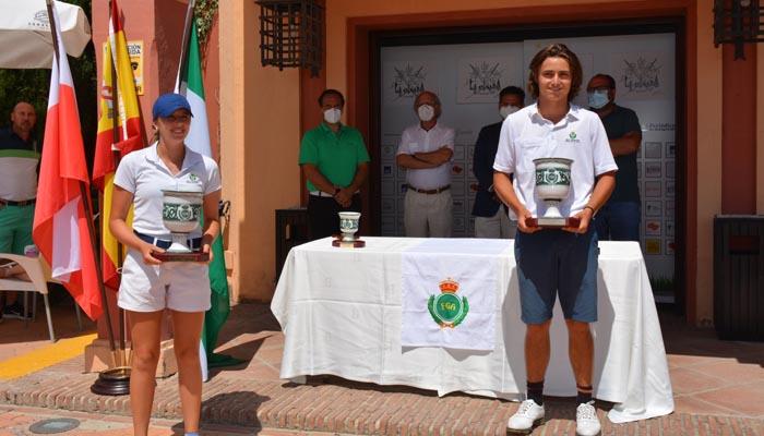 Los ganadores del torneo con sus trofeos