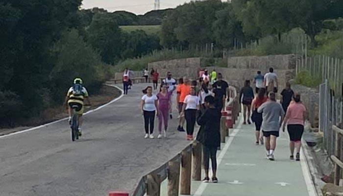 La carretera del Pinar del Rey, con numerosas personas haciendo deporte