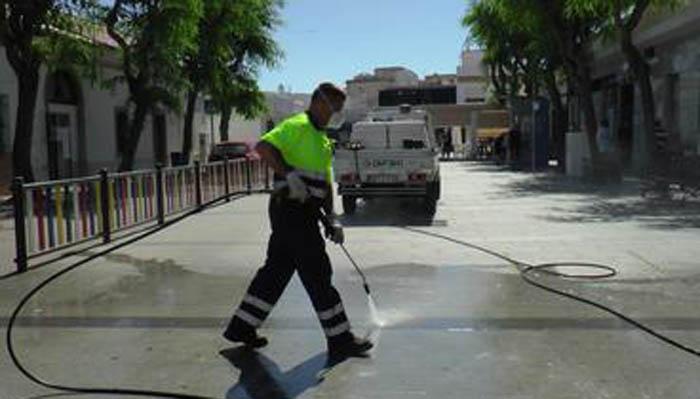 Labores de limpieza en la alameda de Puente Mayorga
