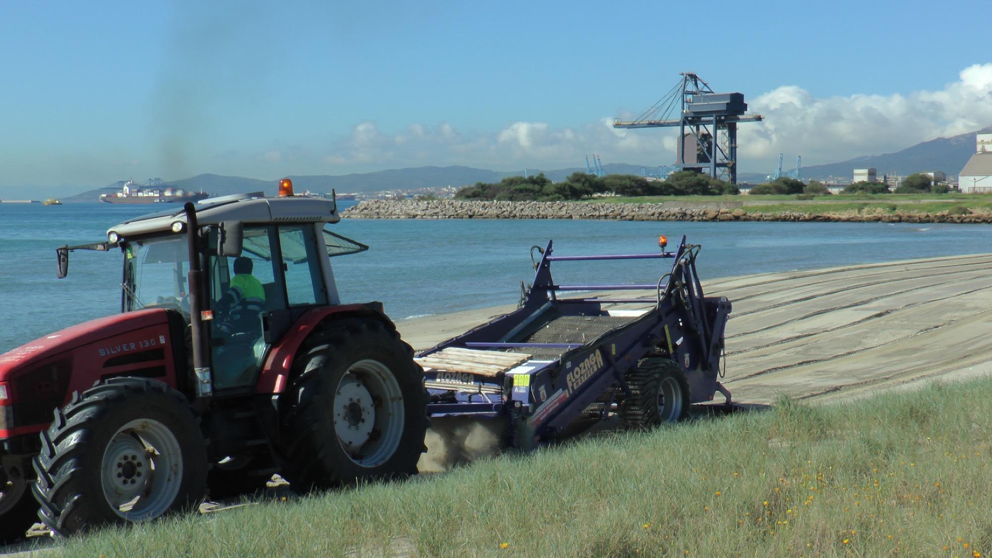 Limpieza en una de las playas de San Roque