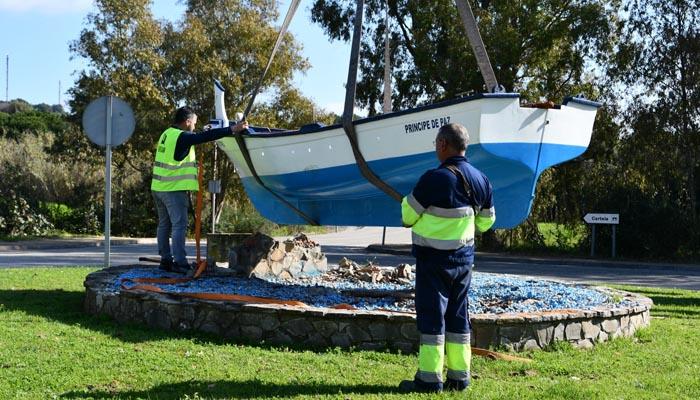 Colocación de la nueva barca en la entrada de Guadarranque