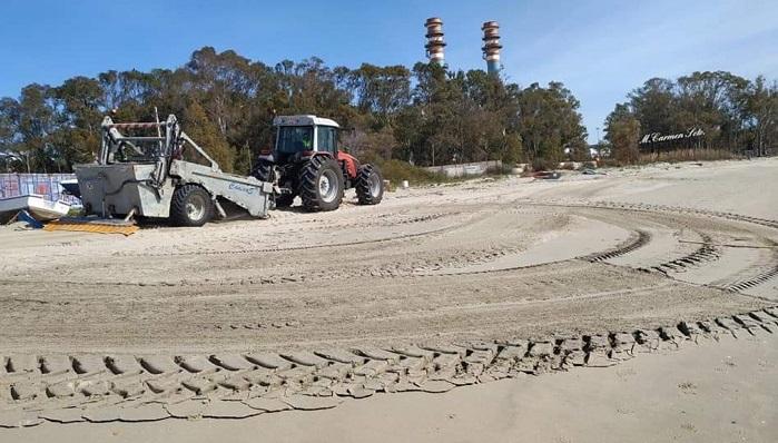 Maquinaria municipal limpiando las playas sanroqueñas