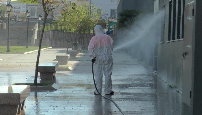 Un operario en plena faena de desinfectación