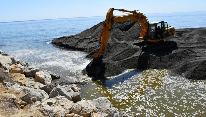 Una excavadora abriendo la desembocadura del Guadiaro