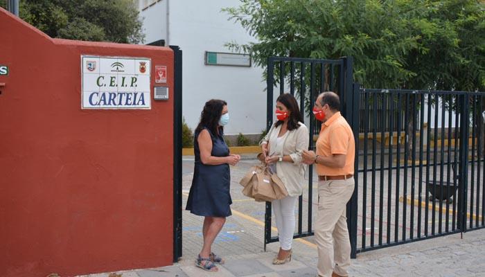 Serván y Jiménez en la entrada del CEIP Carteia de San Roque