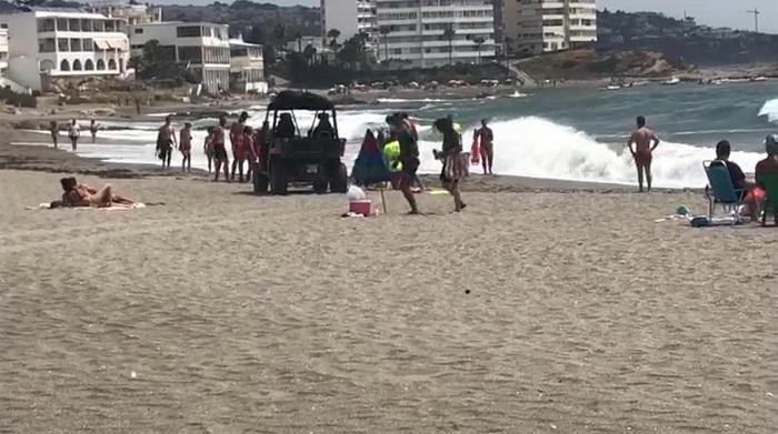 Rescatan en Torreguadiaro a un joven de 15 años con bandera roja en el mar