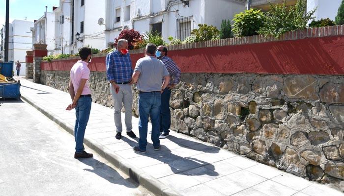 El alcalde de San Roque ha visitado el tramo de la calle con el acerado repuesto