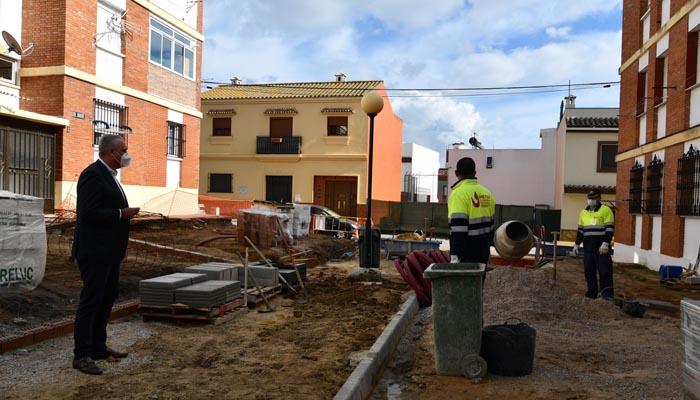El alcalde, Juan Carlos Ruiz Boix, en la calle Gas de Taraguilla