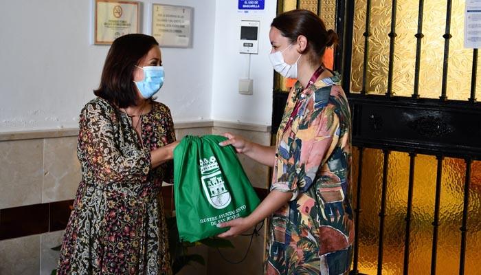 Entrega de las mochilas a la directora de la Residencia de Mayores