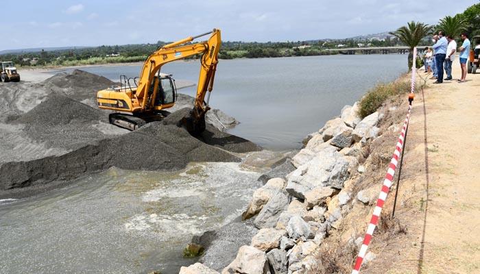 Una retroexcavadora ha abierto la bocana del río Guadiaro