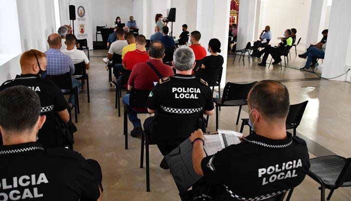 Los policías locales, durante la formación. Foto: Multimedia