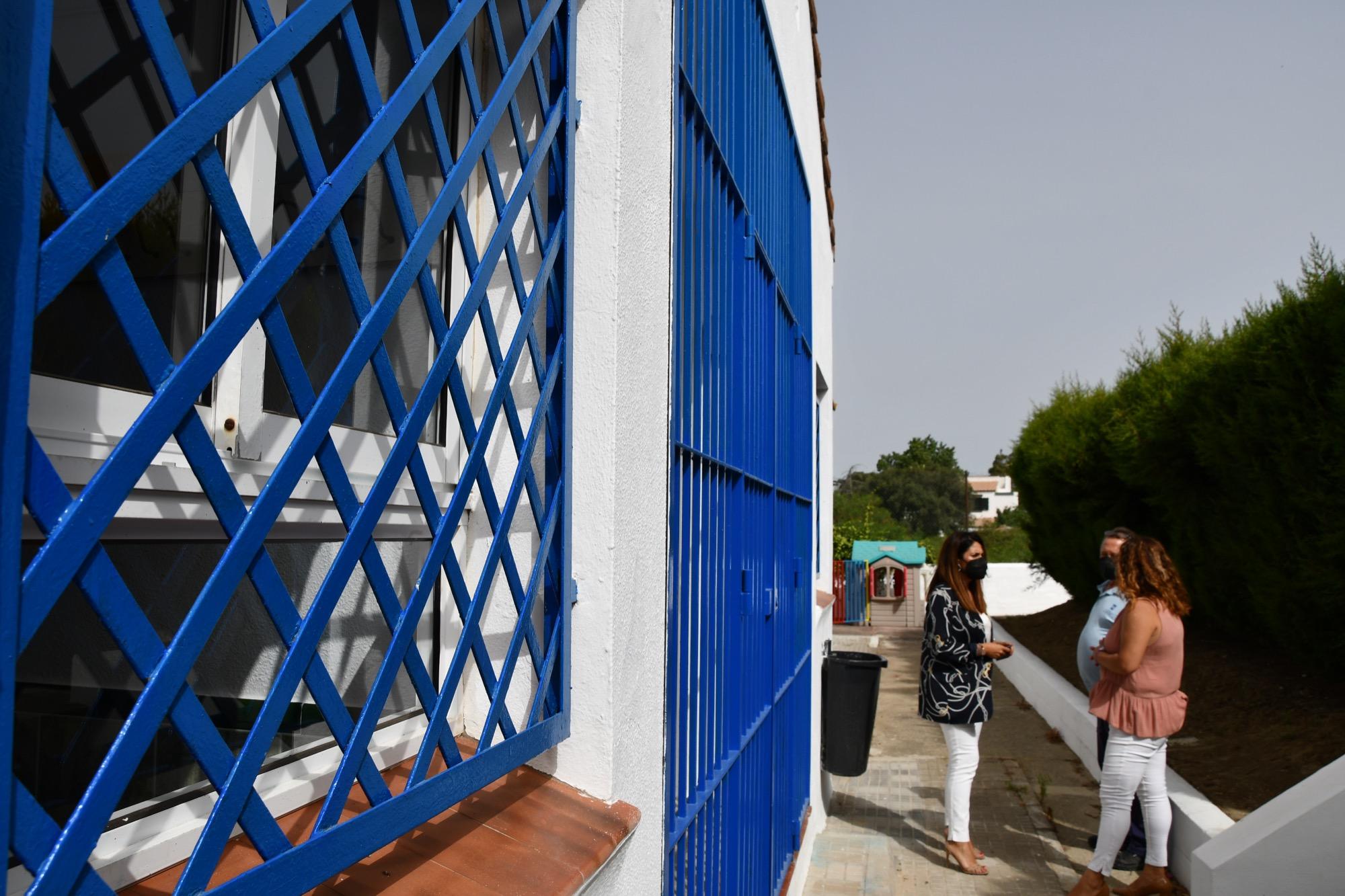 El concejal de Educación en uno de los colegios de San Roque. Foto NG