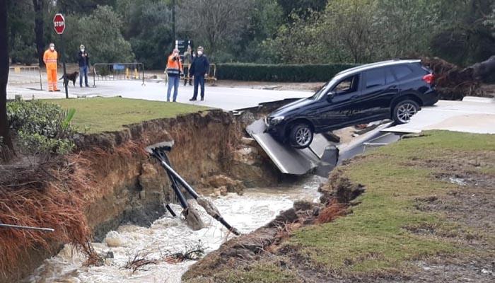 Una carretera del término municipal se hundió, cayendo un coche en la zanja
