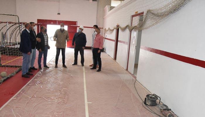 El alcalde de San Roque, Juan Carlos Ruiz Boix, durante la visita
