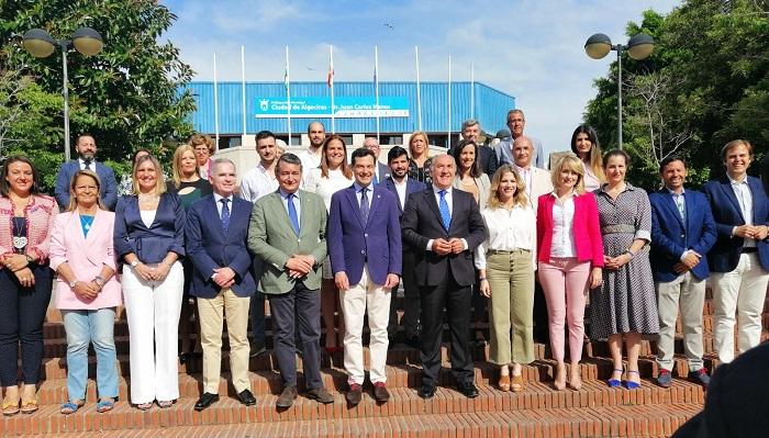 Juan Manuel Moreno Bonilla con los miembros del PP Algeciras