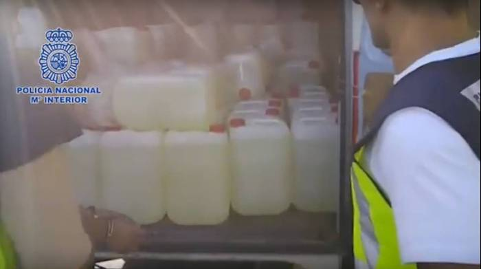 Las garrafas de gasolina en el interior de la furgoneta