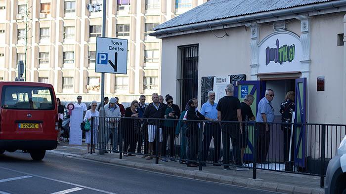 Colas para votar esta mañana en Gibraltar. Foto Sergio Rodríguez