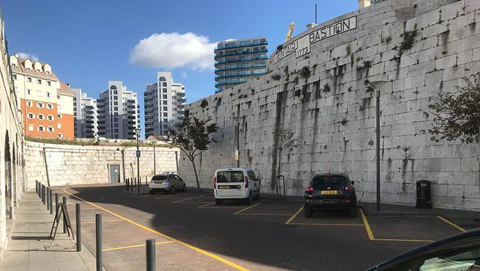 Espacios vacíos donde no se puede aparcar en Gibraltar