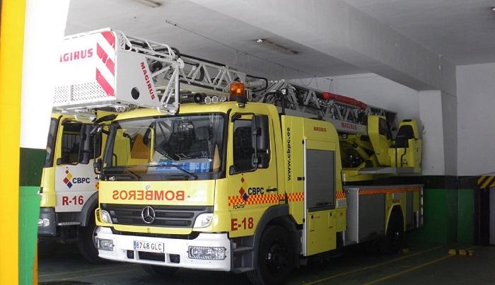 Varios vehículos calcinados y un bloque desalojado por un incendio en Algeciras