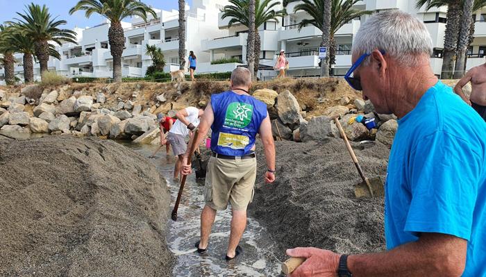 Vecinos y voluntarios fueron a por palas para retirar los áridos