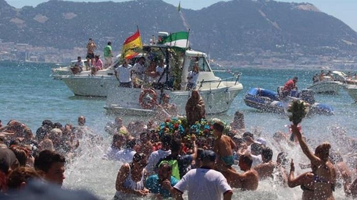 Miles de personas se reúnen en la Romería Marítima de la Virgen de la Palma
