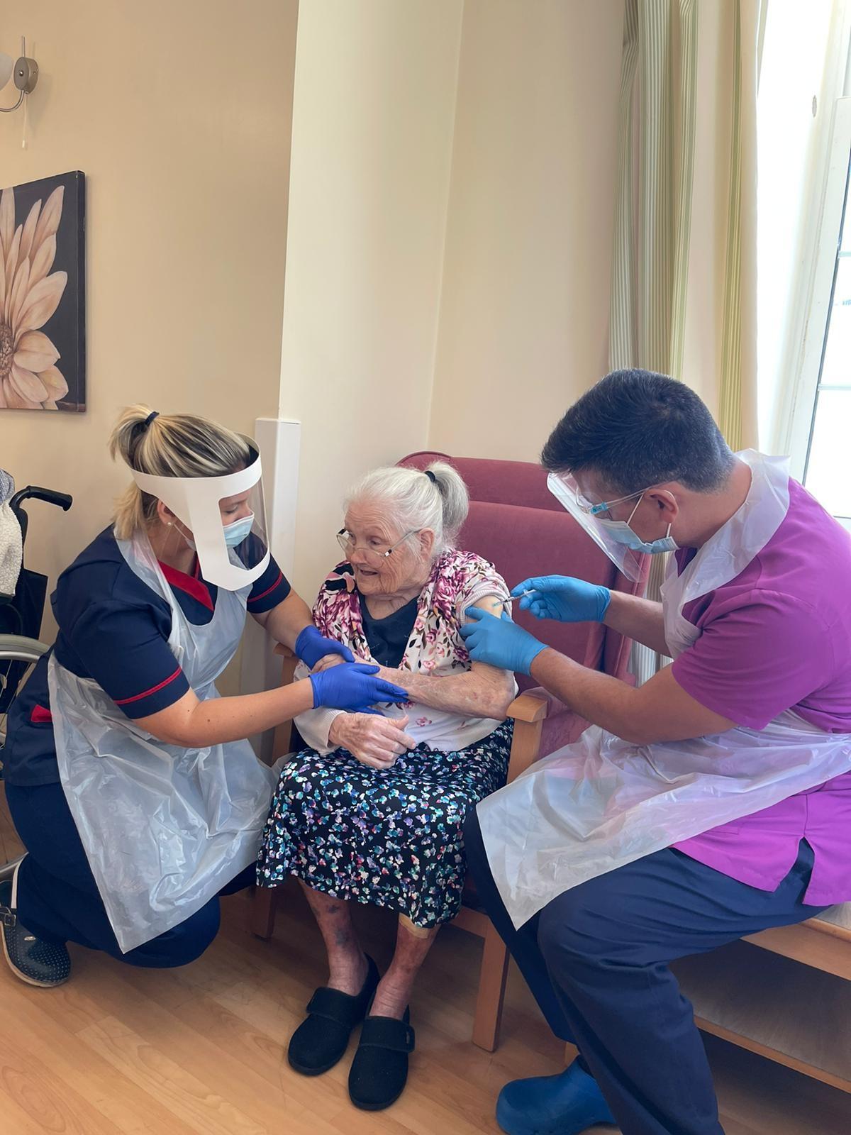 Vacunación a mayores en Gibraltar. Foto NG