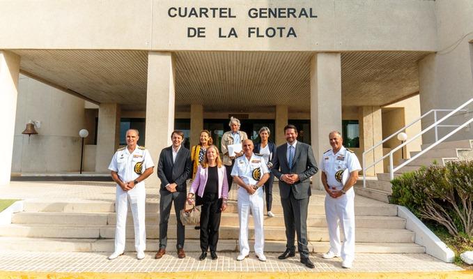 Una delegación del Parlamento Europeo, con mandos de la base de Rota, a las puertas del Cuartel General de la Flota. Foto ARMADA/Moisés Sanz