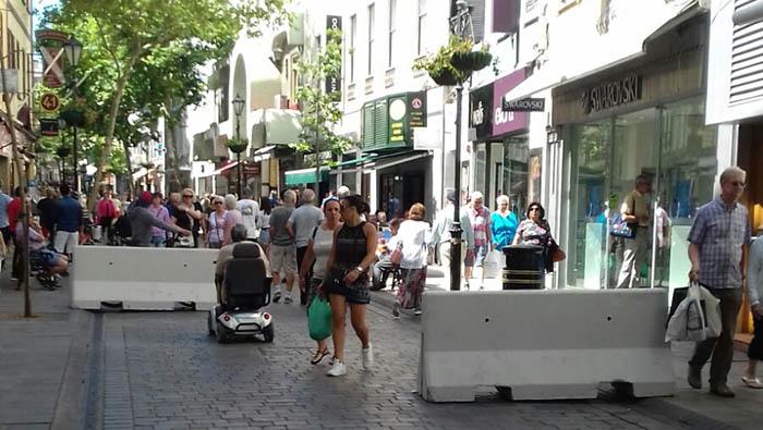 Acceso a Main Street con los bloques de hormigón en prevención de ataques terroristas