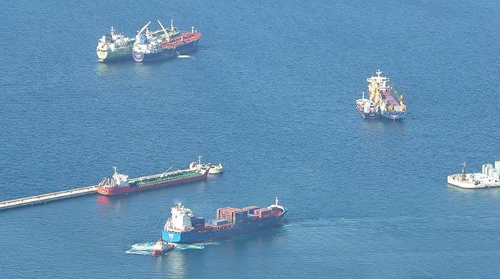 Actividad portuaria de avituallamiento a buques en Gibraltar, en una foto de archivo