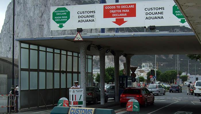 Paso por la aduana de la verja entre La Línea y Gibraltar
